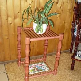 Soustružený květinový stolek